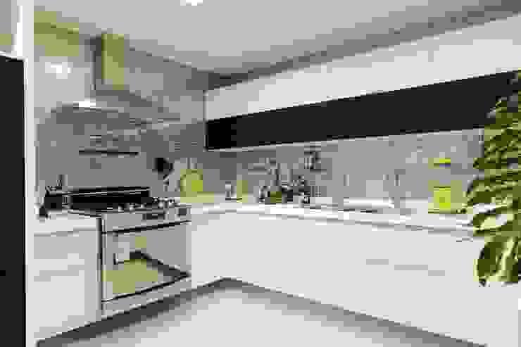 Cocinas de estilo moderno de Carlos Otávio Arquitetos Moderno