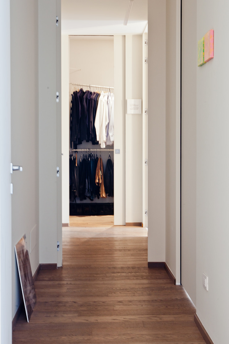 casa sul lungomare Ingresso, Corridoio & Scale in stile minimalista di BARBARA BARATTOLO ARCHITETTI Minimalista