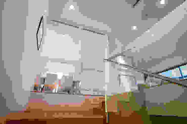 Palier d'escalier Couloir, entrée, escaliers modernes par Atelier TO-AU Moderne