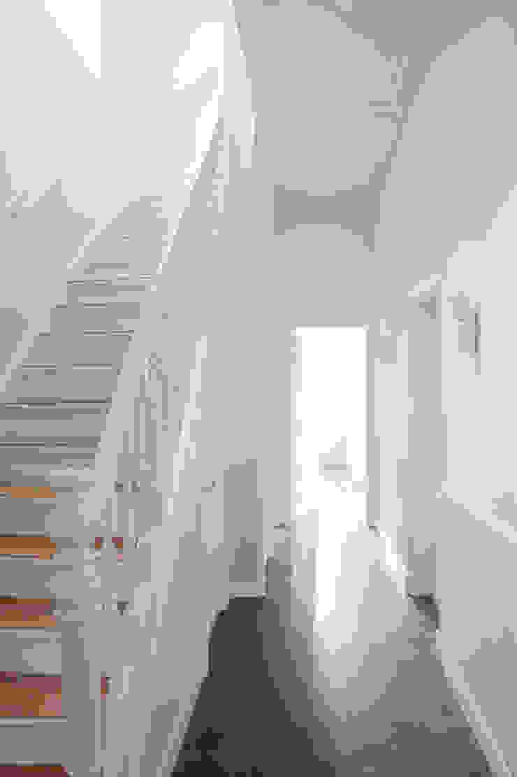 Pasillos, vestíbulos y escaleras modernos de Remy Meijers Interieurarchitectuur Moderno