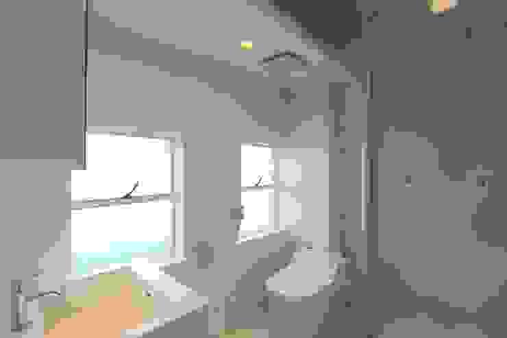 coworking ruimte in 5th Avenue Moderne badkamers van SHUSAKU MATSUDA & ASSOCIATES, ARCHITECTS Modern