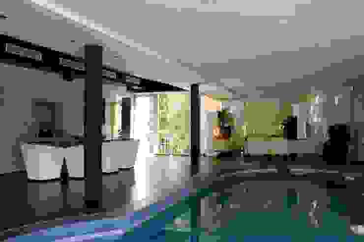 PISCINA INCORPORADA A VIVIENDA Casas de estilo moderno de B3 Interiorisme Moderno
