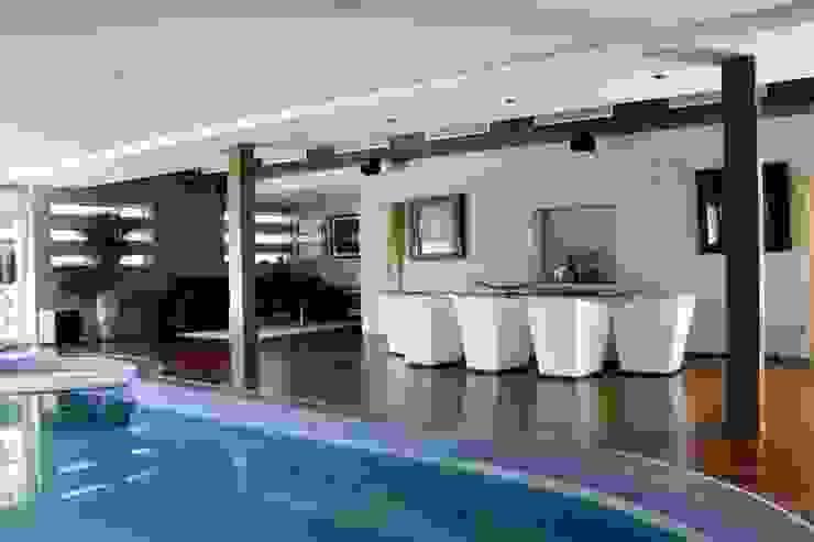 CASA CON PISCINA INTERIOR Casas de estilo moderno de B3 Interiorisme Moderno