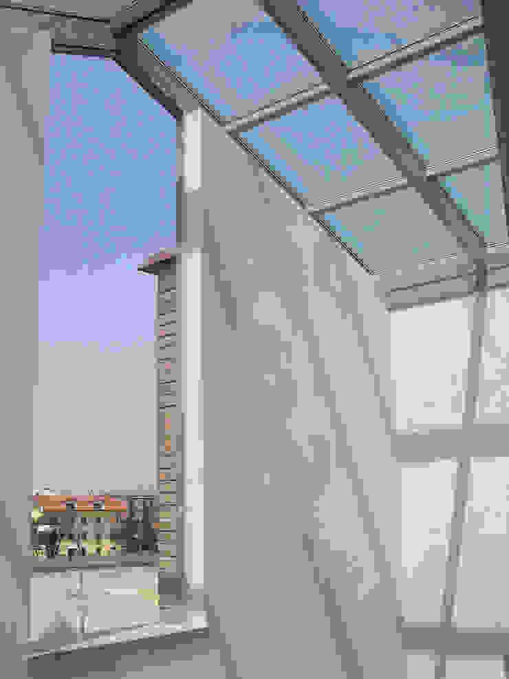 Palazzina di via Misano 1, Treviglio ( BG ) Balcone, Veranda & Terrazza in stile moderno di giovanni.agliardi Moderno