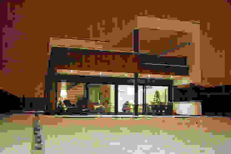 Main façade and snowy garden Modern Houses by FG ARQUITECTES Modern