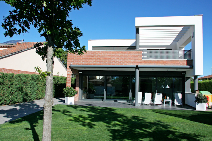 Main façade and garden Modern Houses by FG ARQUITECTES Modern