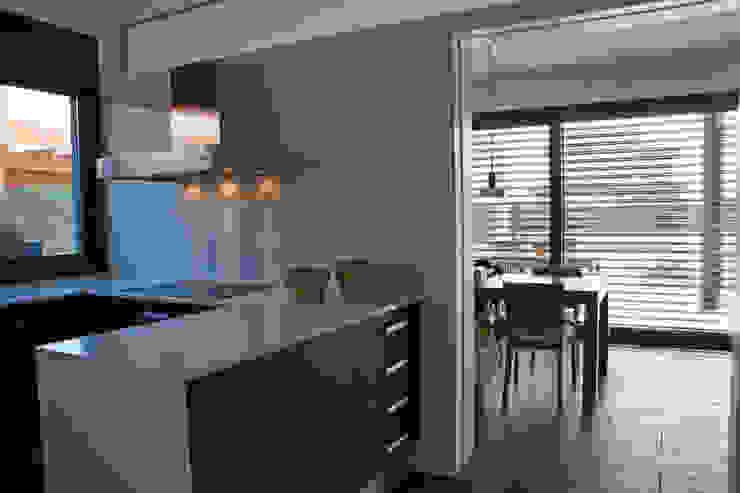 Kitchen, views to the dinning room Modern Kitchen by FG ARQUITECTES Modern