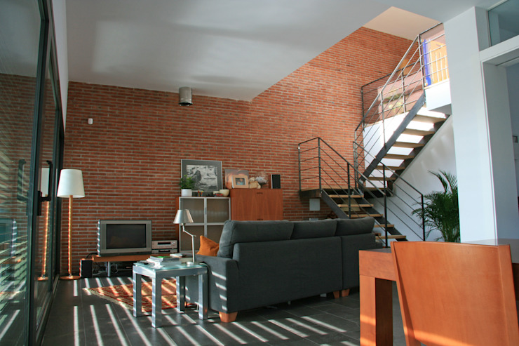 Living room, stairs to the first floor FG ARQUITECTES Modern living room