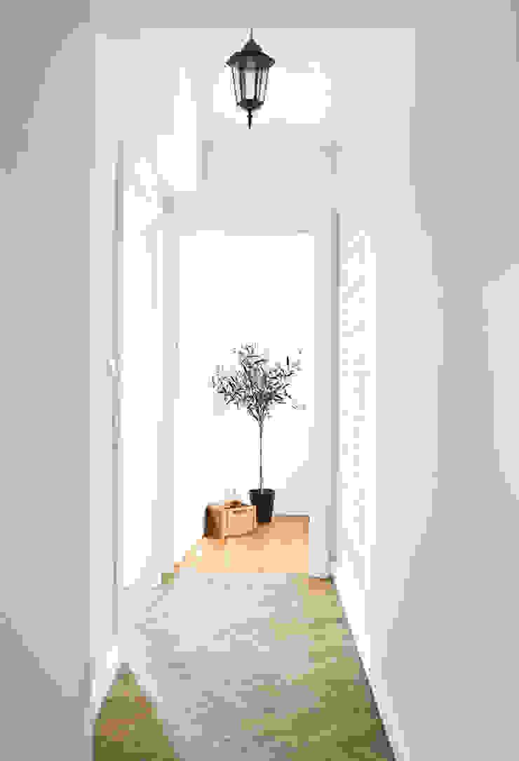 Dom jak z bajki. Skandynawski korytarz, przedpokój i schody od Miśkiewicz Design Skandynawski