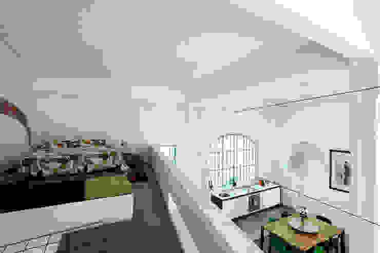 Una ex officina meccanica di precisione prende vita Camera da letto in stile industriale di ec&co. | architetti | Milano Industrial