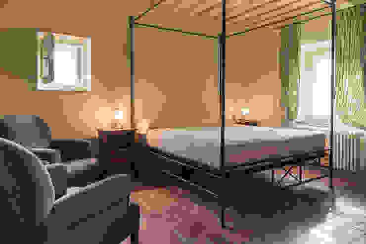 Gaiole in Chianti, Toscana Camera da letto in stile rustico di Arlene Gibbs Décor Rustico
