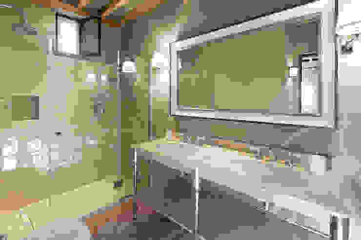 Gaiole in Chianti, Toscana Bagno in stile rustico di Arlene Gibbs Décor Rustico