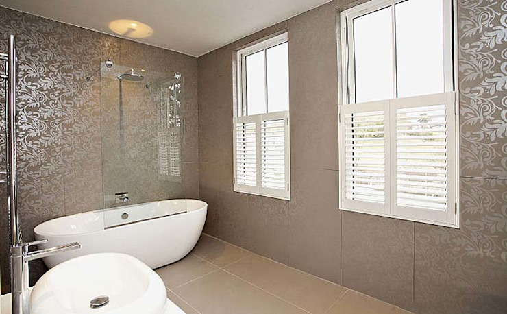 A warm and inviting family bathroom with luxurious finishes de Porcel-Thin Moderno