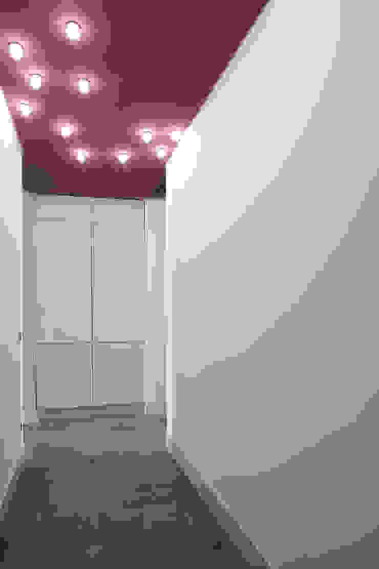 Moderne gangen, hallen & trappenhuizen van Calvi Brambilla Modern