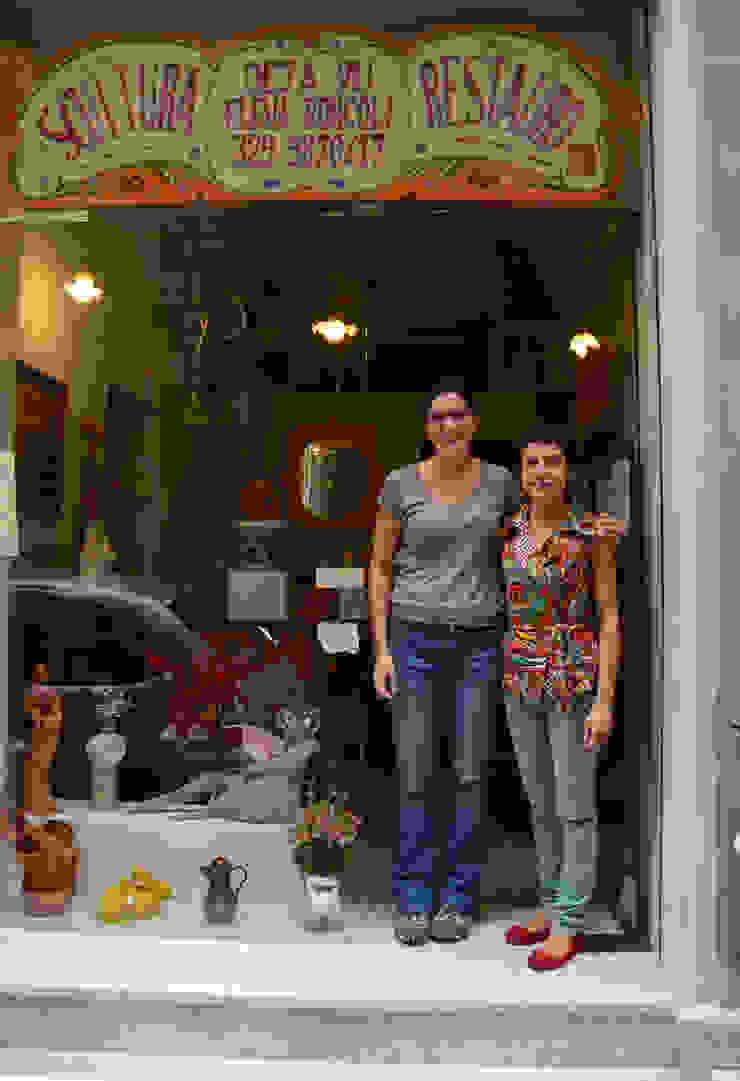 Claudia Grespi con Elena Roncoli di fronte al suo atelier Negozi & Locali commerciali in stile eclettico di RIECOLOGIZZO Eclettico