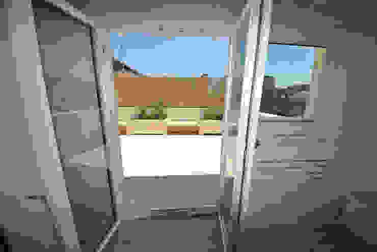 Attico quartiere ostiense, zona gazometro – Roma Balcone, Veranda & Terrazza in stile minimalista di Formaementis Minimalista