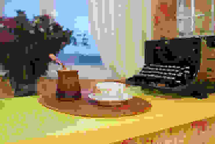 Яркая история Порядок вещей - дизайн-бюро Гостиные в эклектичном стиле