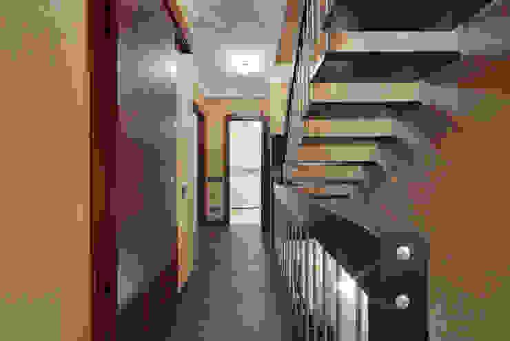Невесомый дизайн Коридор, прихожая и лестница в стиле минимализм от Порядок вещей - дизайн-бюро Минимализм
