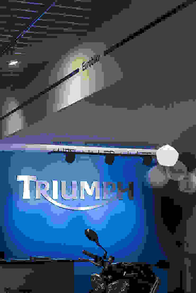 Triumph Porto Alegre Concessionárias modernas por RICARDOTRAMONTINA.ART Moderno
