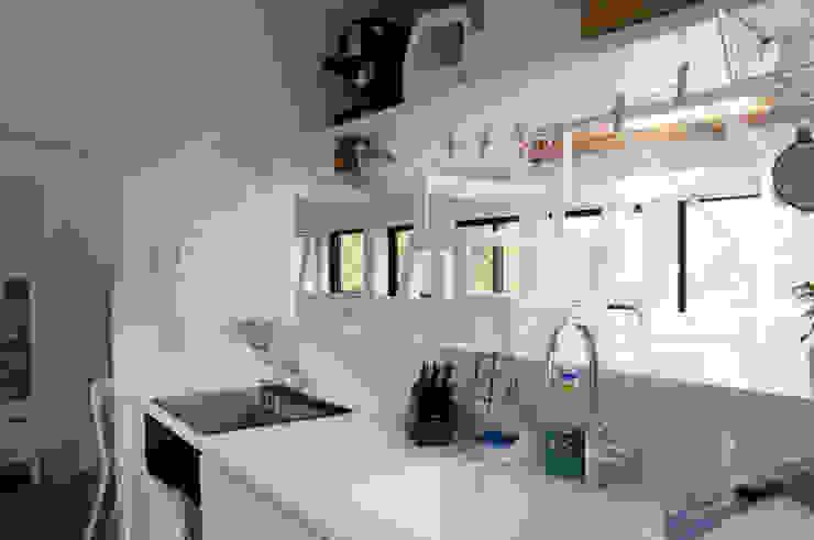 Kitchen Moderne Küchen von 株式会社小島真知建築設計事務所 / Masatomo Kojima Architects Modern