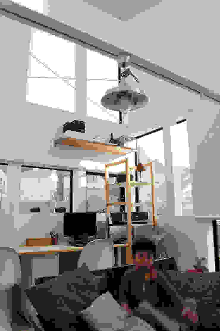 2階子世帯のリビングルーム モダンデザインの リビング の 株式会社小島真知建築設計事務所 / Masatomo Kojima Architects モダン