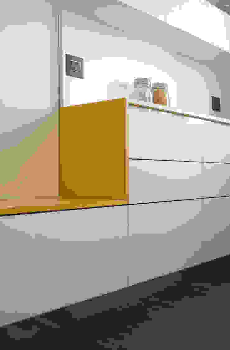 Dettaglio della cucina Cucina moderna di PLUS ULTRA studio Moderno