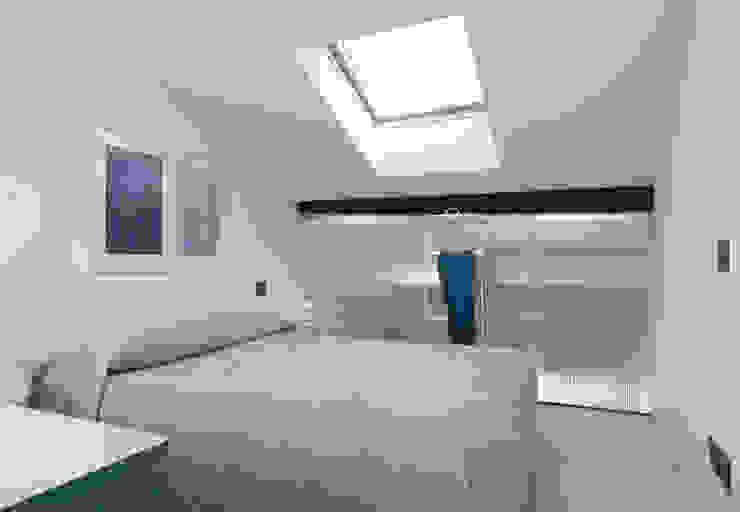 Camera da letto al livello superiore Camera da letto moderna di PLUS ULTRA studio Moderno