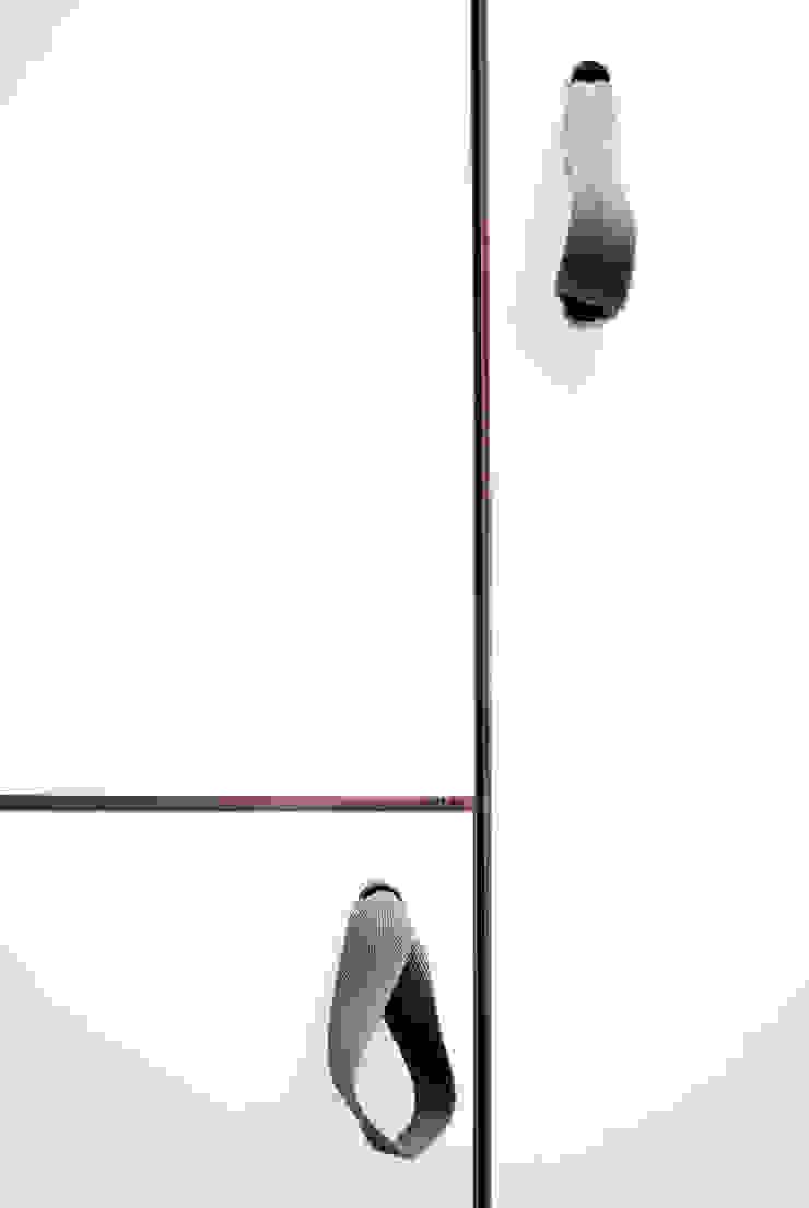 Dettaglio delle maniglie delle armadiature fisse Ingresso, Corridoio & Scale in stile moderno di PLUS ULTRA studio Moderno
