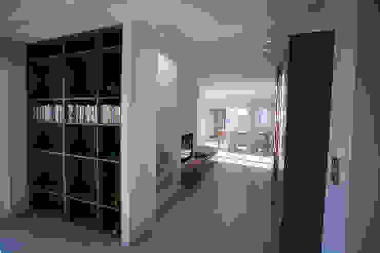 Pasillos, vestíbulos y escaleras de estilo moderno de marco.sbalchiero/interior.design Moderno