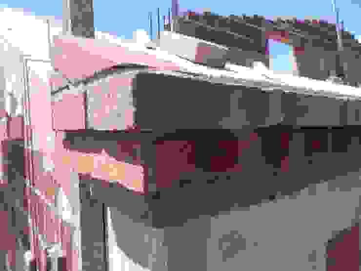 Dettaglio cornice in pietra Pareti & Pavimenti in stile rustico di B.Mid Rustico