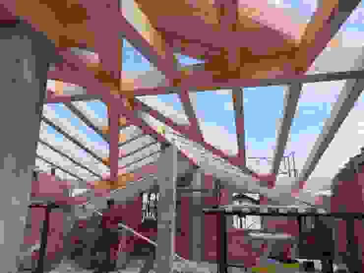 Montaggio tetto in legno Soggiorno in stile rustico di B.Mid Rustico