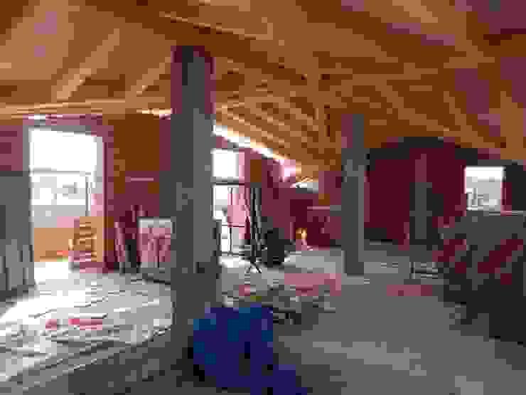 Tetto in legno finito Soggiorno in stile rustico di B.Mid Rustico