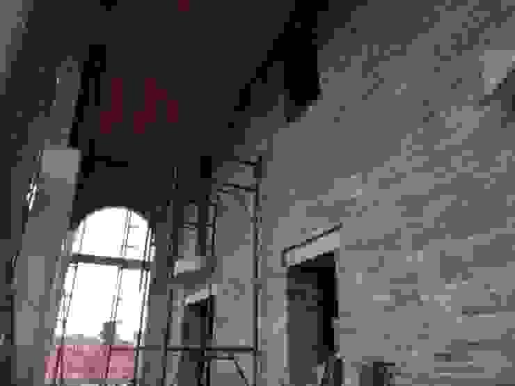 Parete portico in pietra Balcone, Veranda & Terrazza in stile rustico di B.Mid Rustico