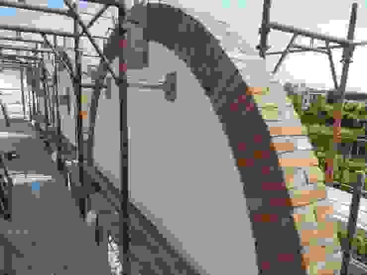 Arco in pietra Pareti & Pavimenti in stile rustico di B.Mid Rustico