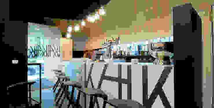 Bar Kai.. Espacios comerciales de estilo moderno de Estudio TYL Moderno