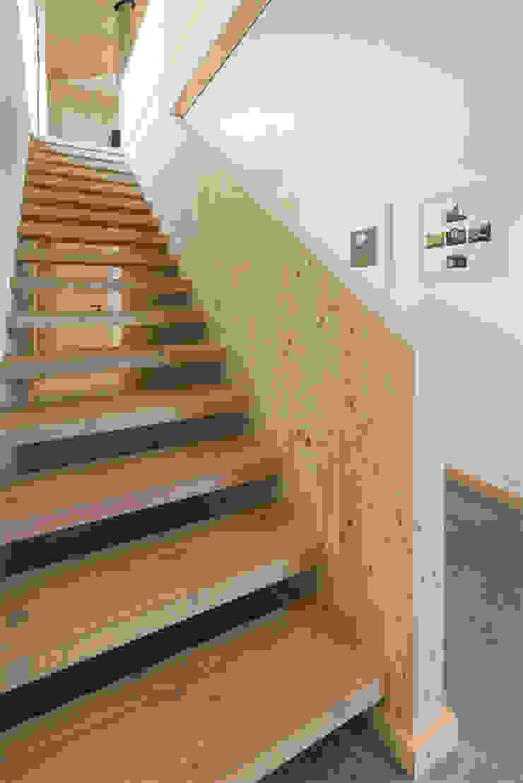 Treppe ins OG Moderner Flur, Diele & Treppenhaus von peter glöckner architektur Modern