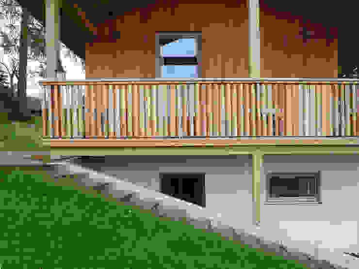 Balkon mit verstellbaren Stäben Balkon, Veranda & Terrasse im Landhausstil von peter glöckner architektur Landhaus