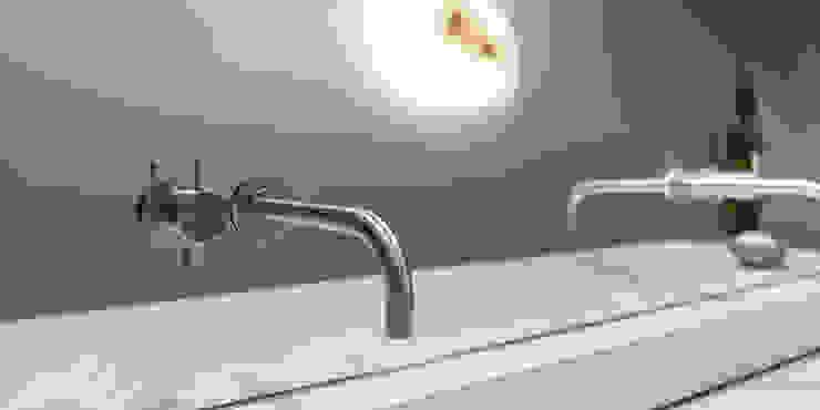 Armaturen aus Spiegel / Fabrikat VOLA : modern  von peter glöckner   architektur,Modern