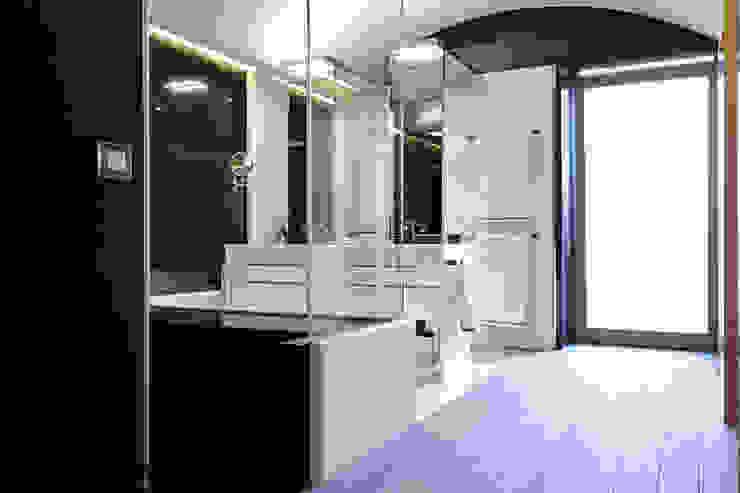 Baño con suelo de tarima técnica de exterior gris - Tarimas de Autor Baños clásicos de Tarimas de Autor Clásico