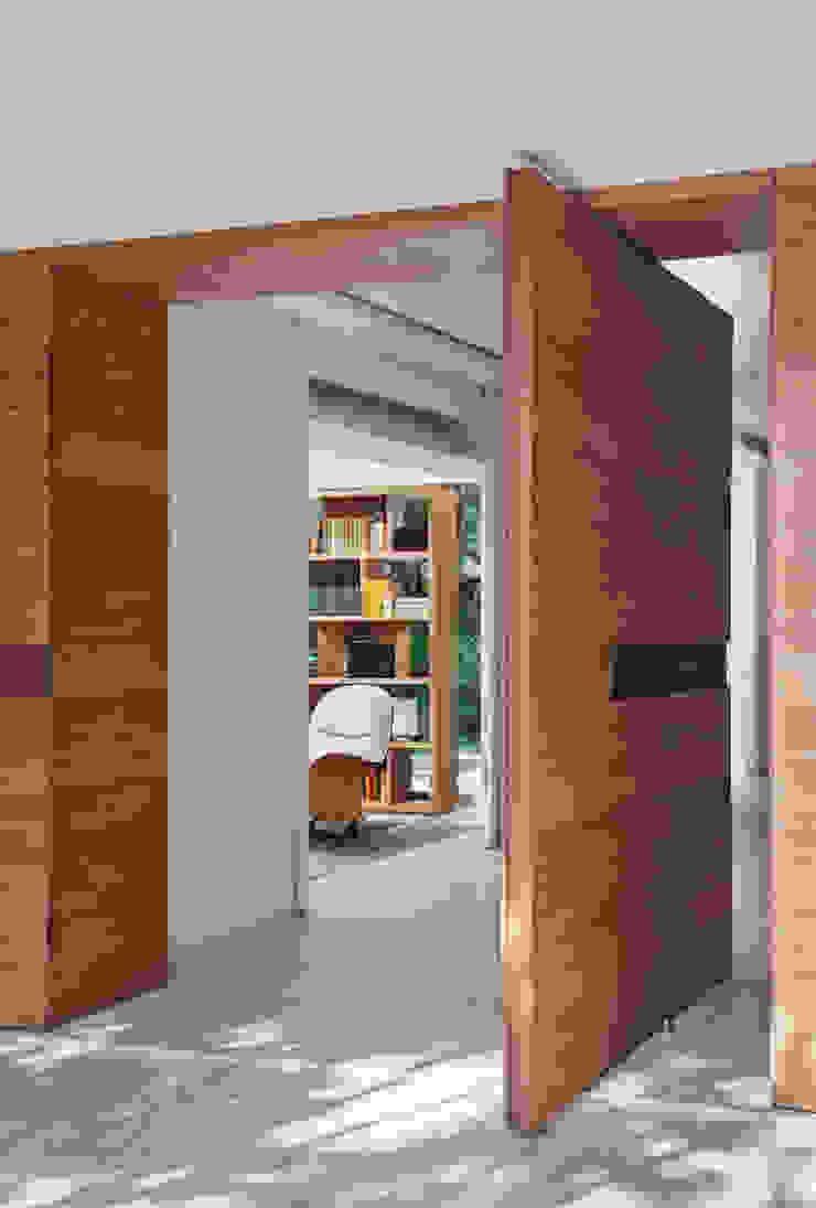 Residência Brise Portas e janelas modernas por Gisele Taranto Arquitetura Moderno