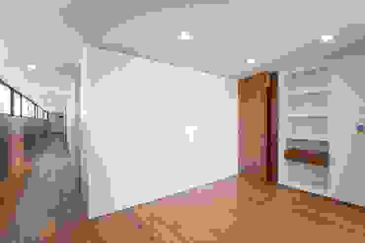 Casa JD Paredes e pisos modernos por Atelier Lopes da Costa Moderno