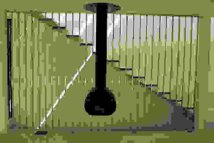 Casa Amos, escalera Pasillos, vestíbulos y escaleras de estilo moderno de saz arquitectos Moderno