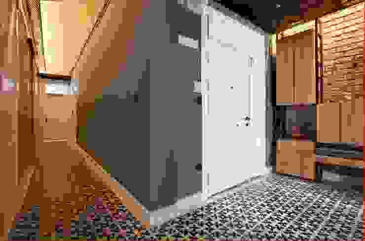DICLE HOKENEK ARCHITECTURE Moderner Flur, Diele & Treppenhaus