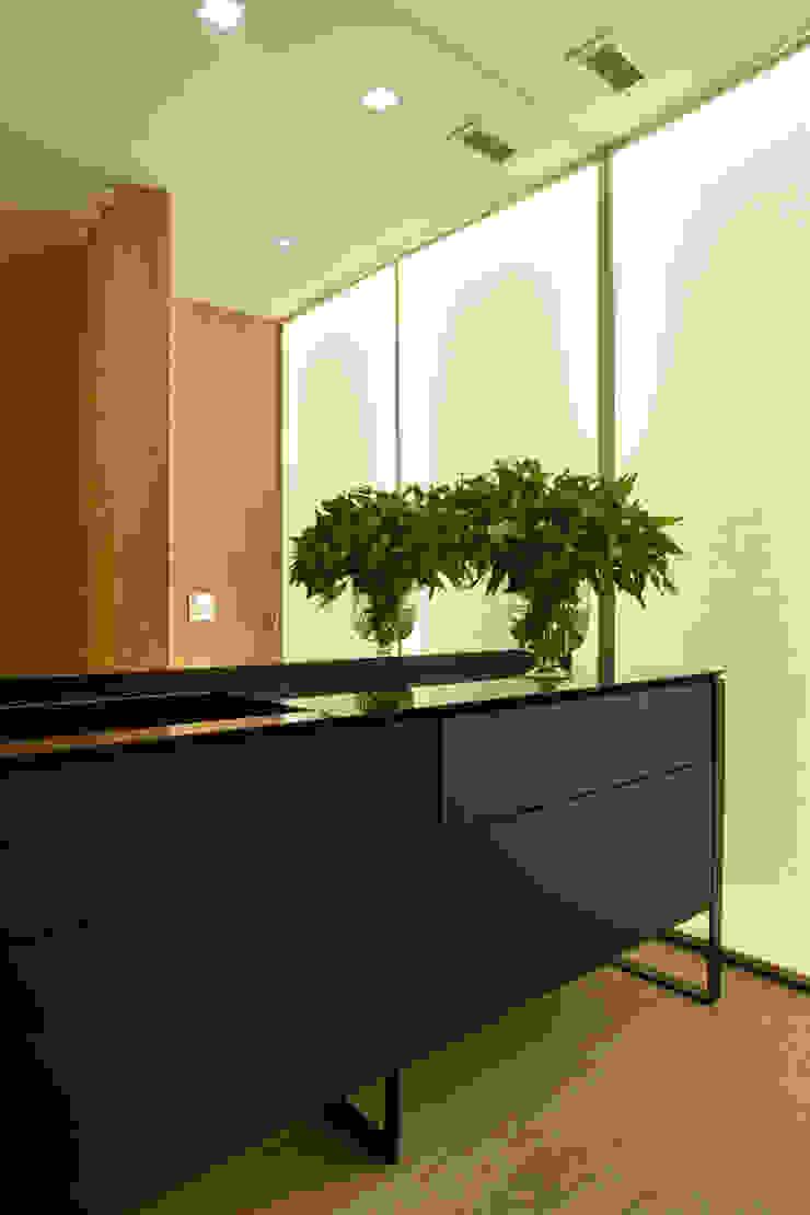 Residência Brise Banheiros modernos por Gisele Taranto Arquitetura Moderno