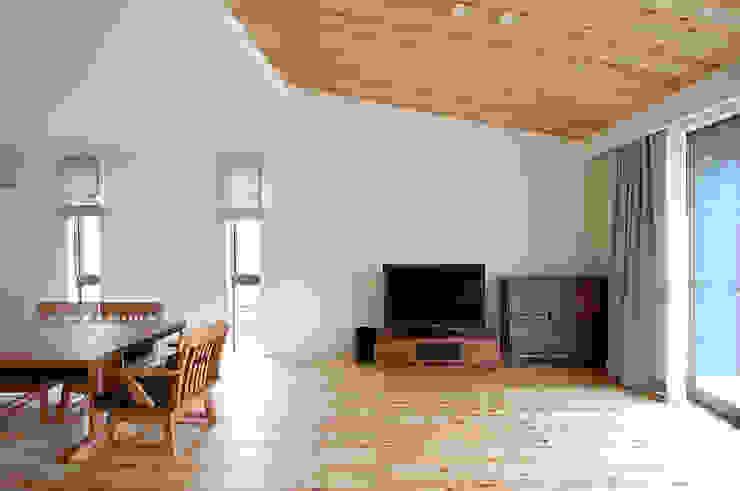 Projekty,  Salon zaprojektowane przez スペースキューブ一級建築士事務所/Space Cube, Nowoczesny