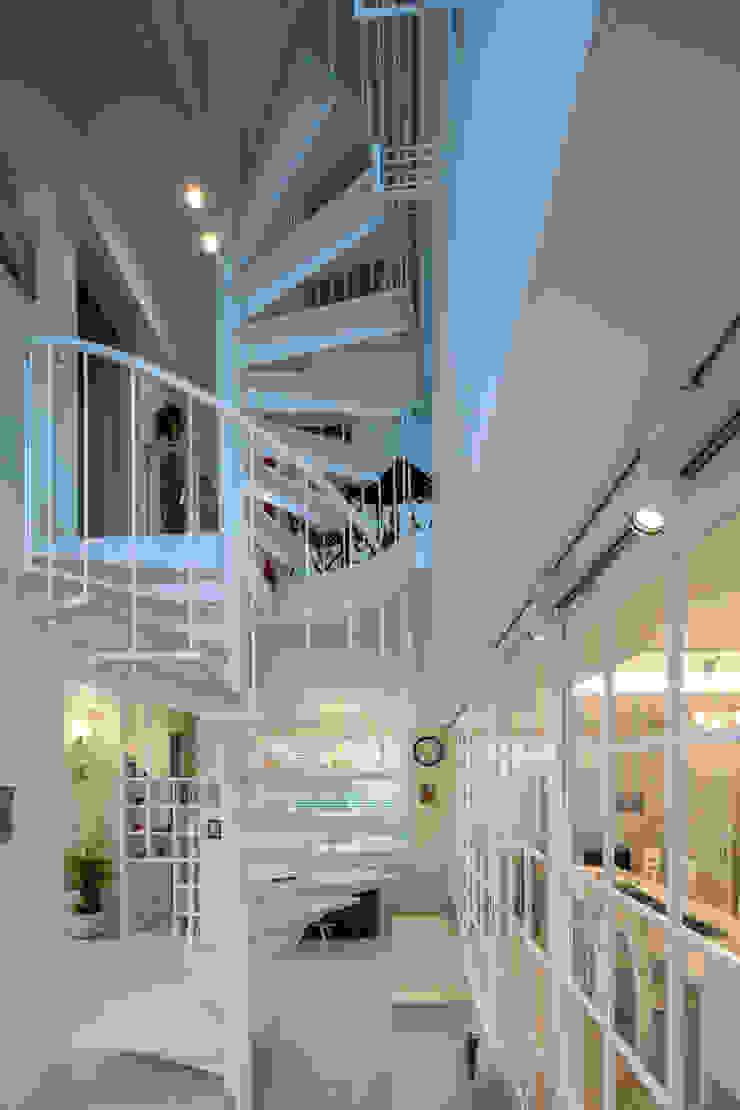 株式会社 入船設計 Eclectic corridor, hallway & stairs