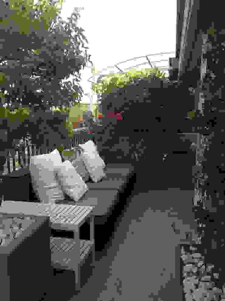 attico a Roma Balcone, Veranda & Terrazza in stile minimalista di architetto Roberta Galantino Minimalista