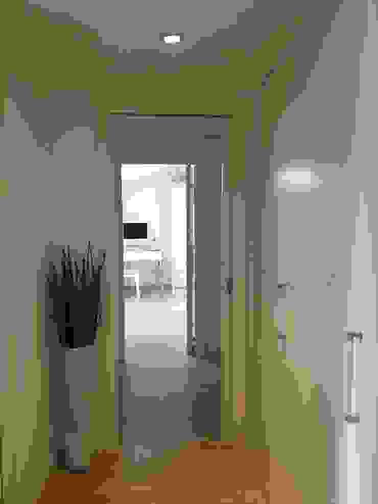attico a Roma Ingresso, Corridoio & Scale in stile minimalista di architetto Roberta Galantino Minimalista