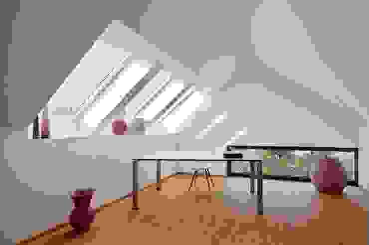 Wohnhaus mit Praxis Moderne Arbeitszimmer von Claus + Pretzsch Architekten BDA Modern