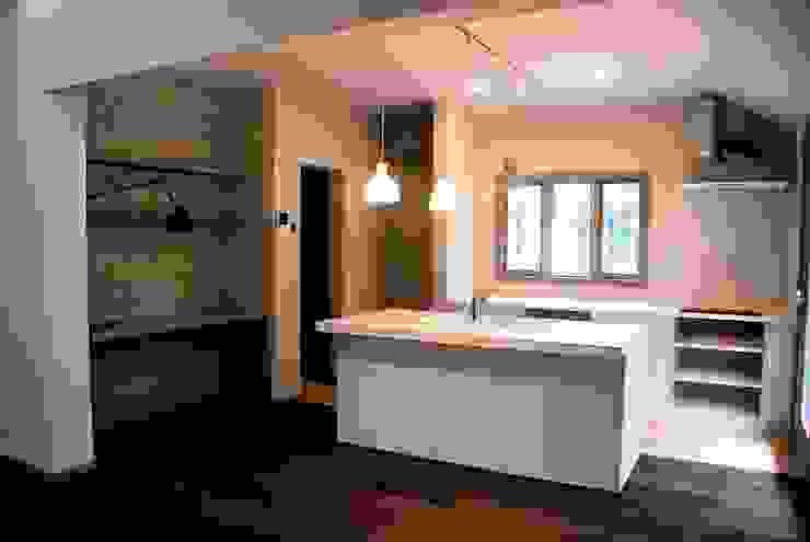 築30年のコテージをリノベーションした家 ラスティックデザインの キッチン の HAPTIC HOUSE ラスティック